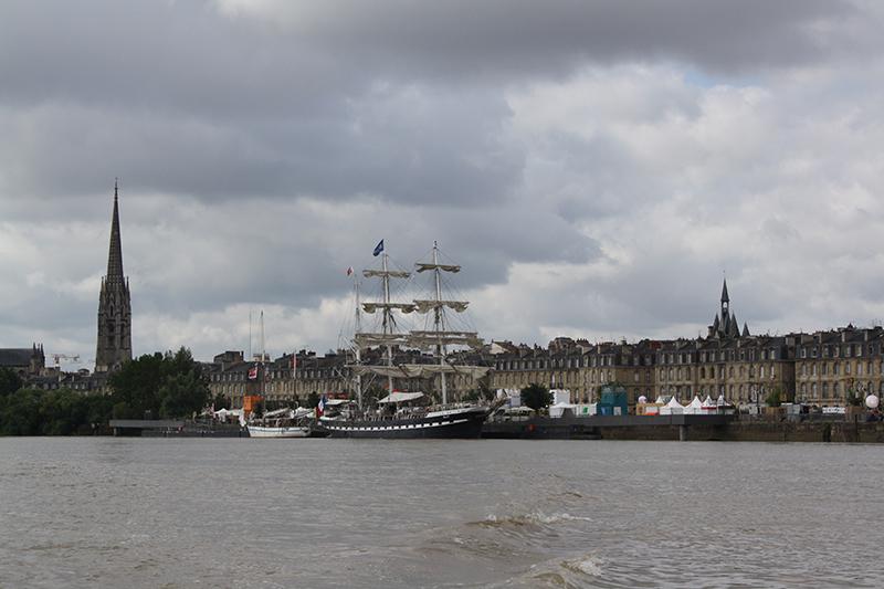 Façade XVIIIè siècle des quais de Bordeaux avec le Belem