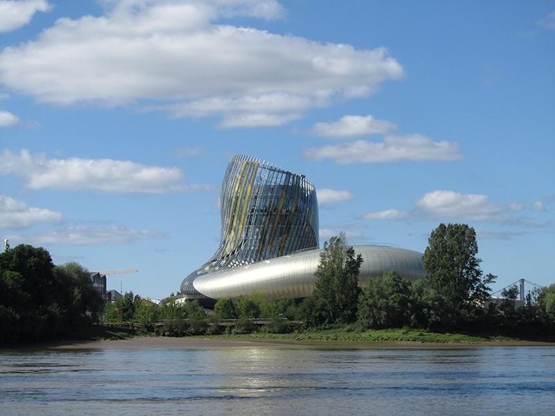 Le Bordeaux du XXIe siècle La Cité Mondiale du Vin (vue depuis la Garonne)