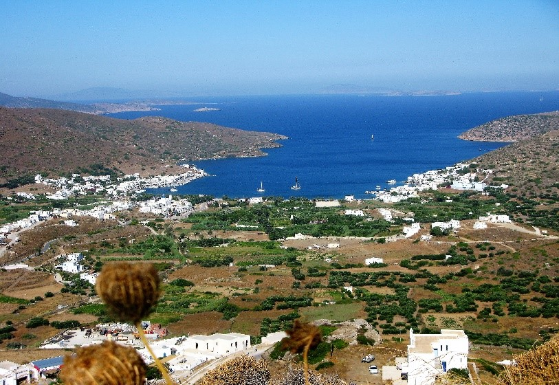 Port de Katapola à Amorgos, un golfe profond, abri naturel